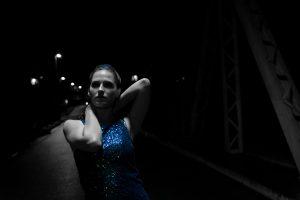 Fotoshooting lowkey Portrait mit Eva Herrmann auf der Deutzer Drehbrücke, Köln Deutz